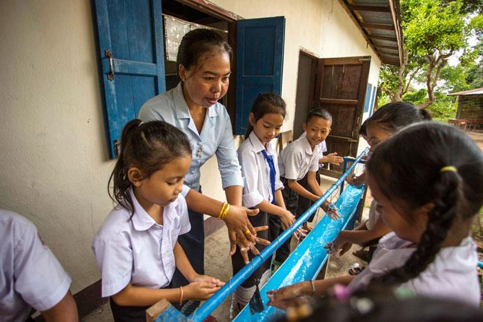 Laos-handwashing-teacher-pupils